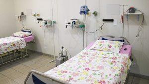 Maca e equipamentos de monitoramento em ala hospitalar de Macatuba